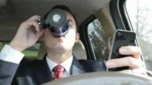 automobilista al cellulare