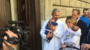 Il ministro Lorenzin vaccina i gemelli