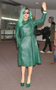 lady gaga trench verde