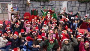 Gruppo di bambini con cappello Babbo Natale