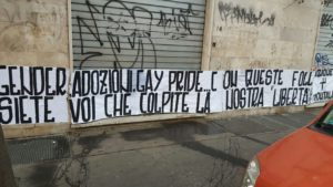 LZ  ROMA  STRISCIONE ESTREMA DESTRA A SEDE ASSOCIAZIONE GAY  FOTO