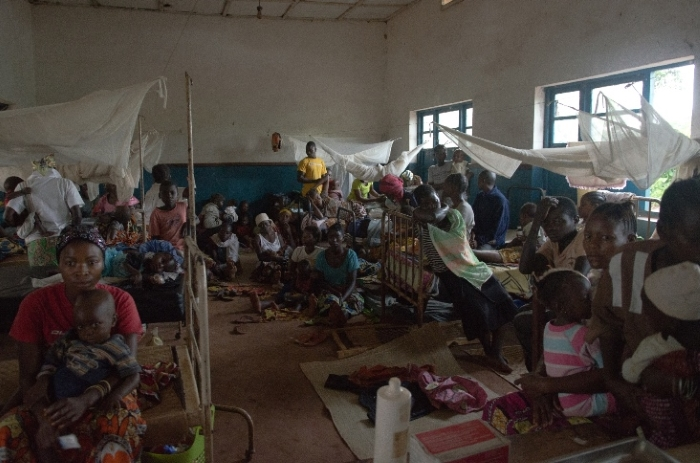 On May 9, there were 135 children hospitalized in the paediatric ward of Pawa General Hospital, most of them for severe malaria. As there are only 22 beds, most of the patient are resting on the floor between beds or in the hallway.