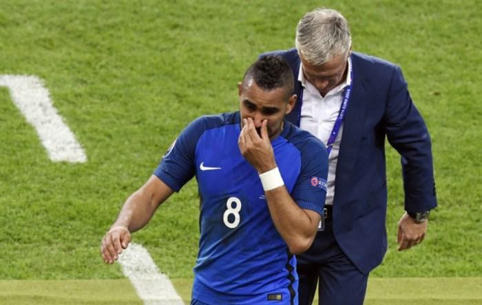 Dimitri Payet esce emozionato. Alle sue spalle, Deschamps ha appena pestato l'emozione di Payet