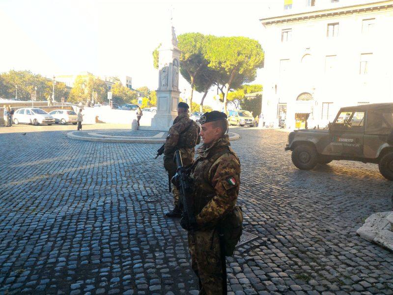 Roma, militari aiutano una donna a partorire in piazza S. Bartolomeo