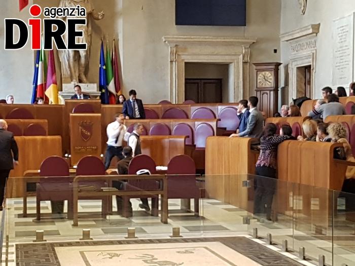 Roma: polemica in Aula su caso Muraro, rissa sfiorata M5S-Pd