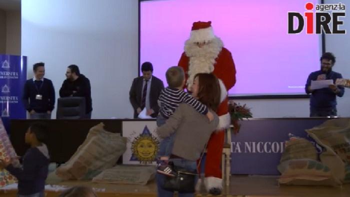 Babbo Natale Video Per Bambini.Babbo Natale All Universita Niccolo Cusano Giocattoli In Dono Ai