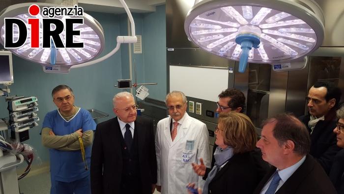 De Luca all'ospedale di Nola inaugura la nuova rianimazione e viene contestato
