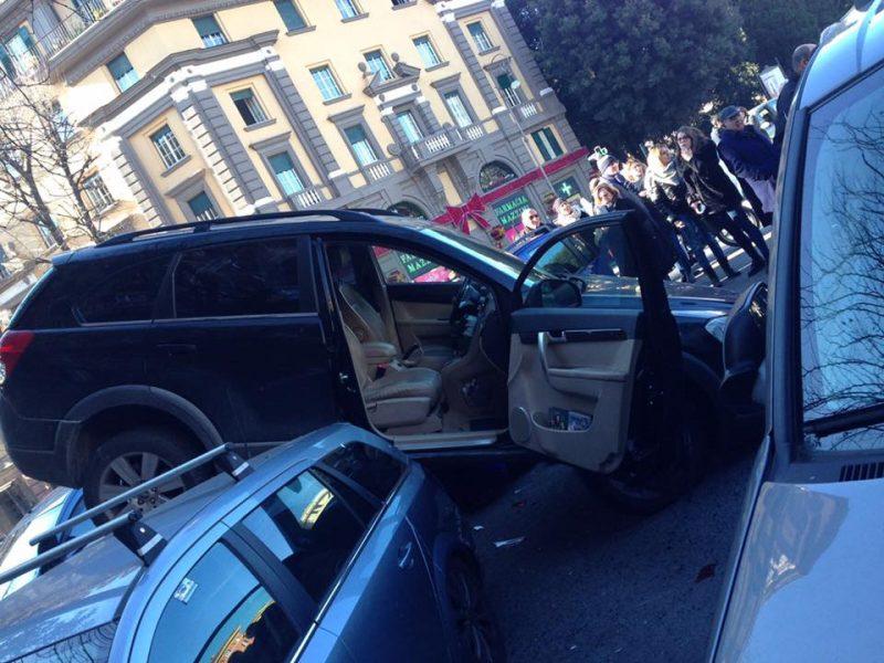 Roma, incidente a piazza Mazzini: auto in retromarcia sale sulle altre