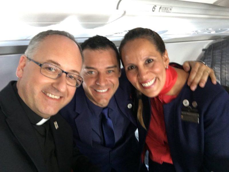 Matrimonio a sorpresa sull'aereo del Papa: steward e hostess uniti a nozze