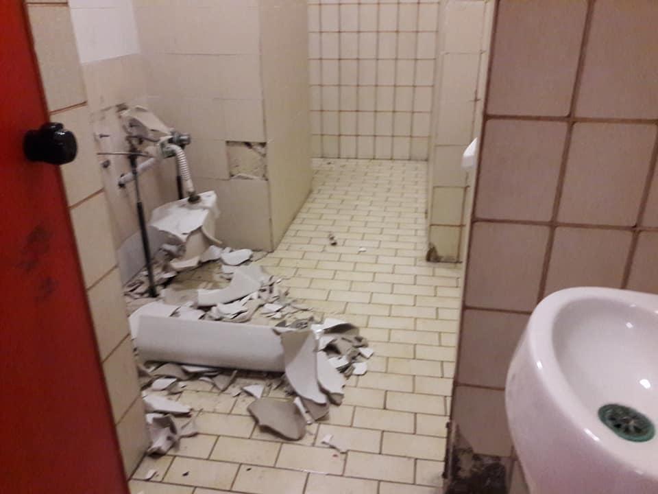 Roma, distruggono i bagni di una scuola per rubare tubi di rame e ...