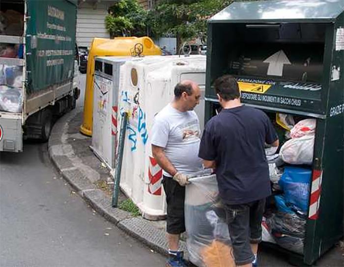 """... multato solo chi sarà colto nell atto di """"rovistare nei contenitori per  la raccolta dei rifiuti solidi urbani imbrattando e lordando il suolo  pubblico"""". 339ccc0457f"""