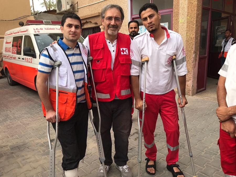 Il presidente Rocca con i feriti dello staff di Mezzaluna Rossa Credit to Tommaso Della Longa