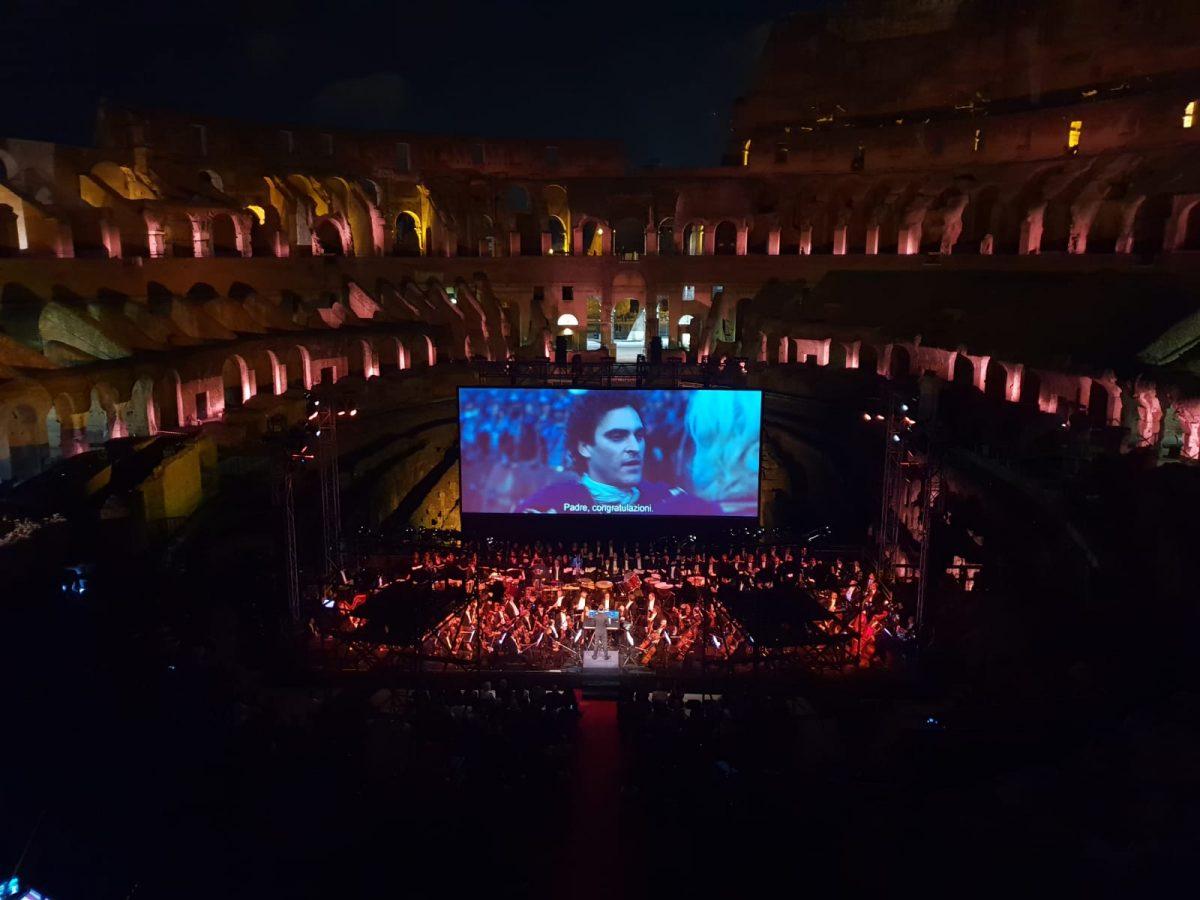 Colosseo show totti russell crowe e spunta una maglia - Sky ti porta al cinema ...