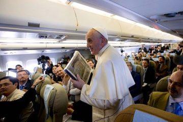 papa francesco di ritorno da panama