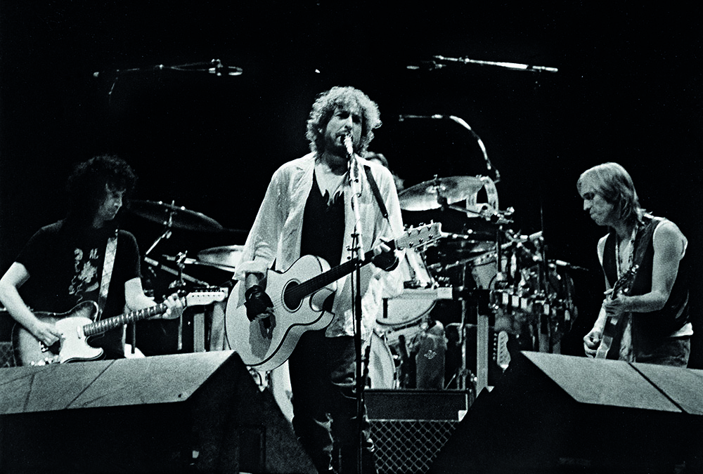 FOTO | Dal bis di Bob Dylan ai Nirvana passando per i Guns: la storia rock di Modena in un libro