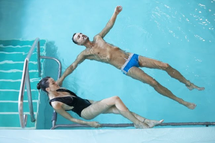 Curarsi galleggiando, arriva la piscina più salata del Mar Morto