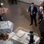 """Il Presidente Sergio Mattarella nel corso della visita alla Mostra """"Leonardo da Vinci. La Scienza prima della Scienza"""" accompagnato da Claudio Giorgione, curatore della mostra"""