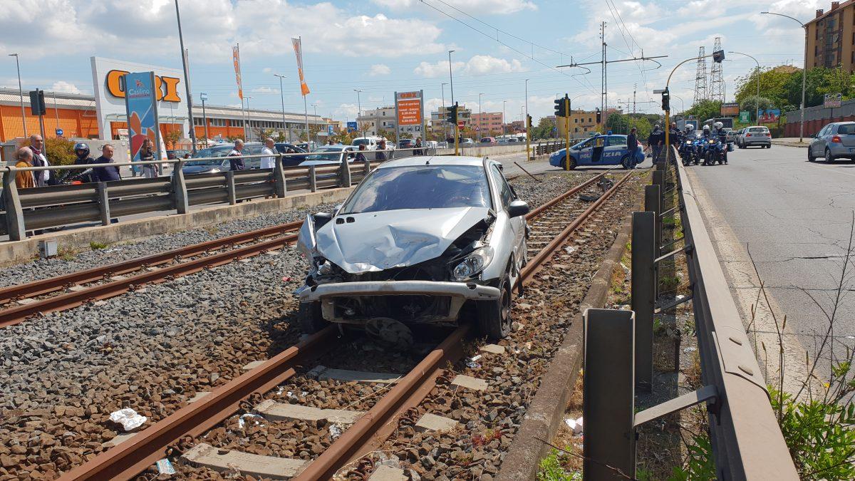 roma camion contromano travolge auto e persone su via
