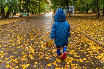 maltempo autunno freddo pioggia bambino stivali