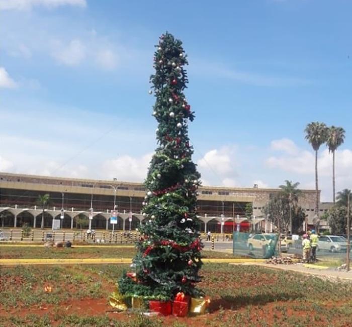 Albero Di Natale Kenia.Anche Nairobi Ha Il Suo Albero Spelacchio E Ironia Sul Web Dire It