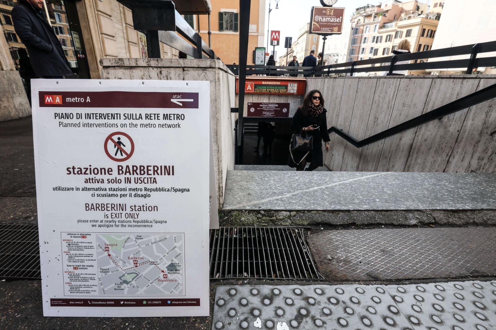 Roma, la metro Barberini riapre a metà: rabbia e stupore tra gli utenti