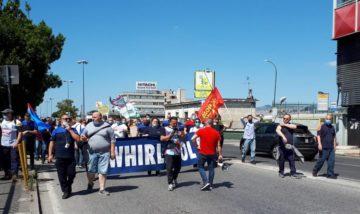 protesta. lavoratori whirlpool napoli