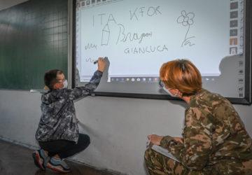 militari kfor_scuola_bambini_kosovo