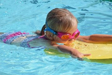 bambini piscina nuotare