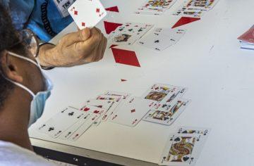 Coronavirus, la Lombardia sdogana il gioco delle carte al bar