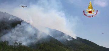 L'Aquila, forti raffiche di vento: le fiamme verso Monte Cascio