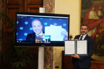"""Spazio, accordo tra Italia e Usa: """"La missione porterà la prima donna sulla Luna"""""""