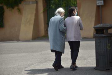Badante rubò 700.000 euro all'anziana che assisteva. E ora si indaga su come è morta