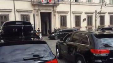 VIDEO | Pompeo arriva a Palazzo Chigi, la scorta è imponente