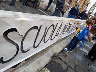 """Napoli, protesta all'Asl di Scampia: """"Mancano i medici di base"""""""