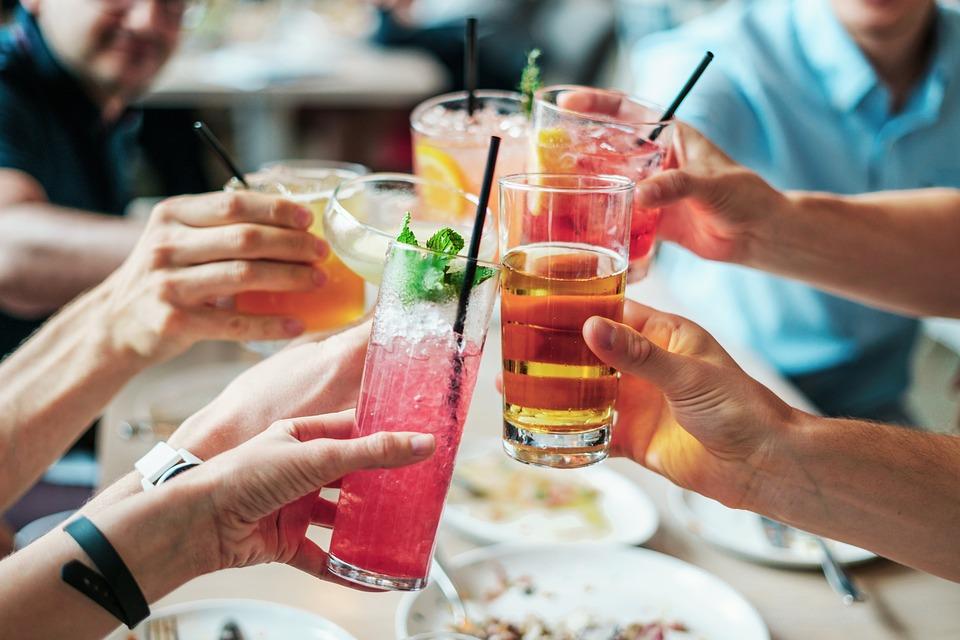 bevande_brindare_cocktail_aperitivo_amici