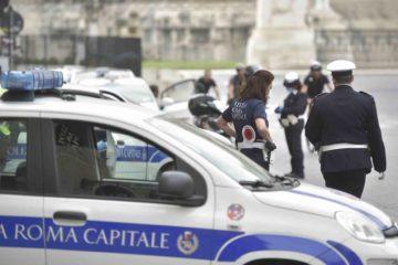Sesso nell'auto di servizio? Il web si scatena con #cinevigili