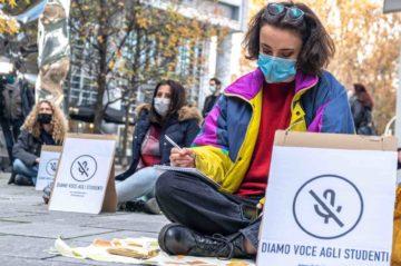 Milano, la protesta dei ristoratori. Cibo scaduto e bare, una sola richiesta: