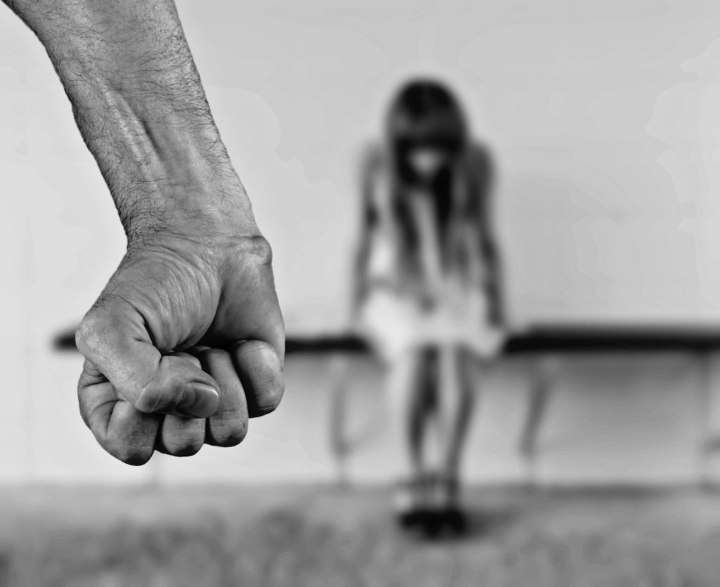 violenza donne pugno