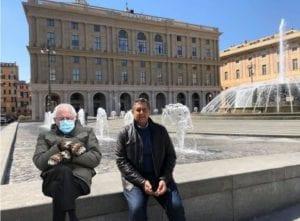 Genova, Toti e Bernie Sanders seduti sui muretti di piazza De Ferrari