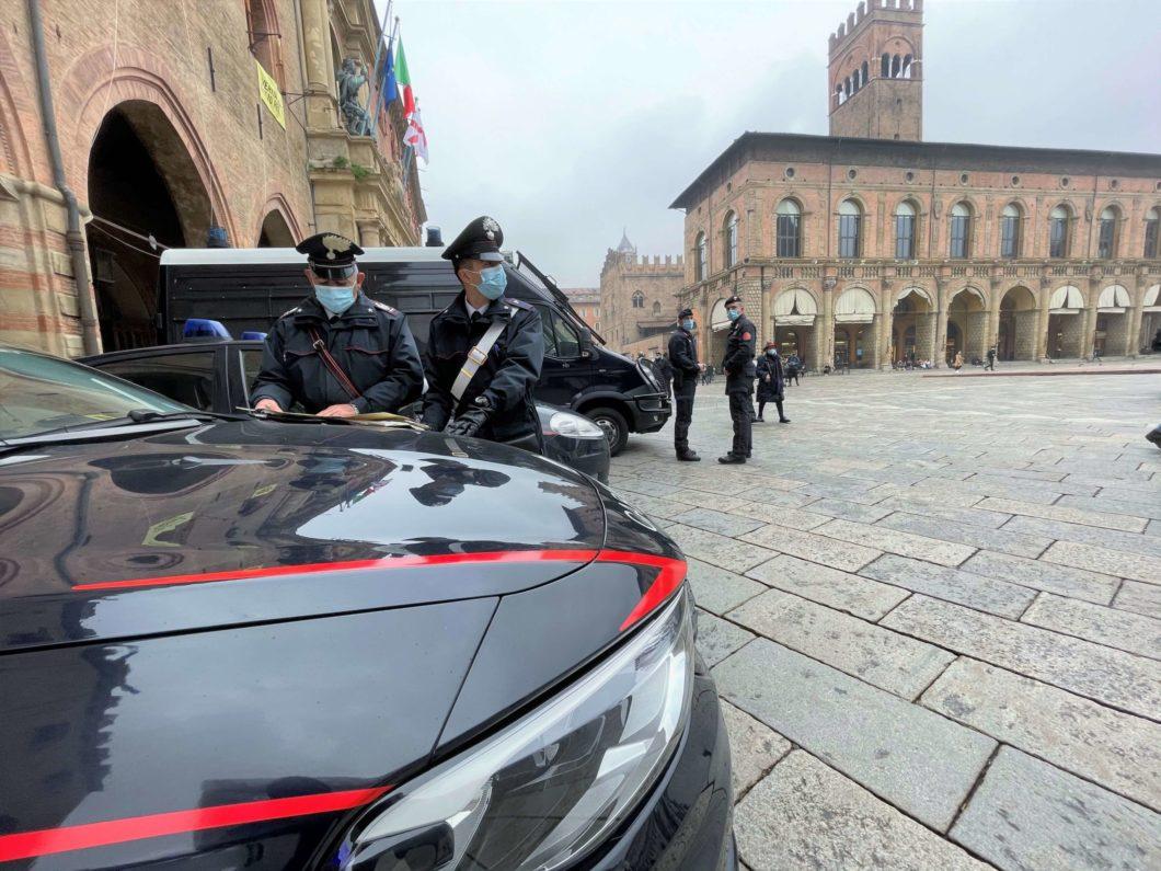 Bologna polizia piazza carabinieri controlli coronavirus