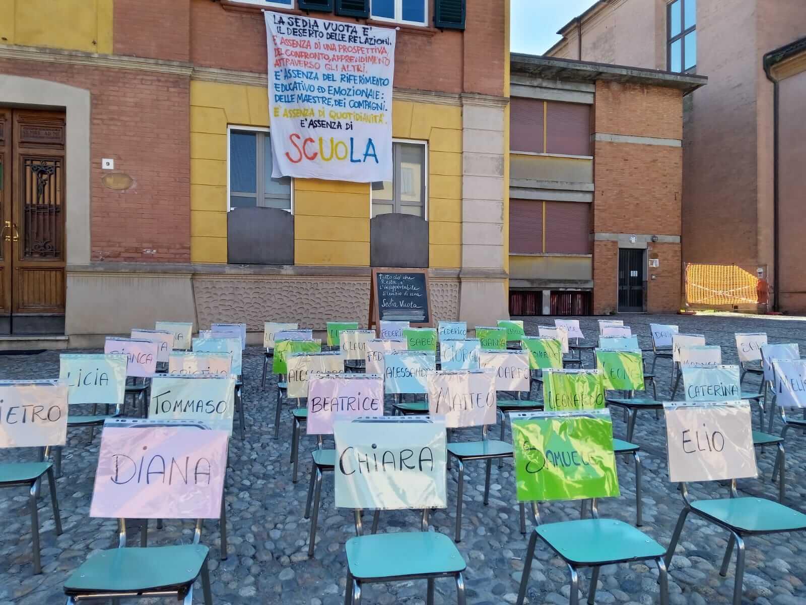 sedie vuote protesta scuole bambini