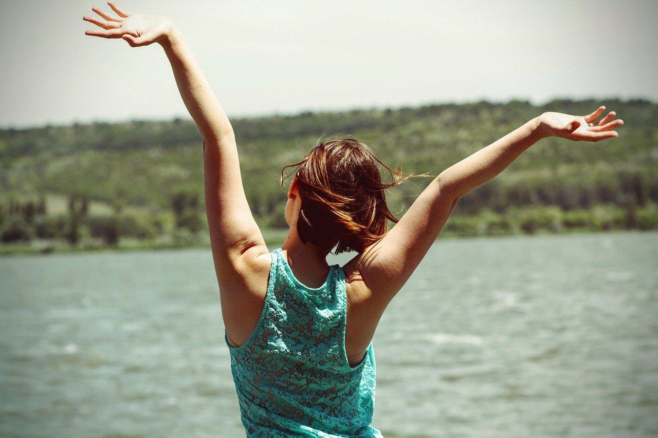 felicità donna estate