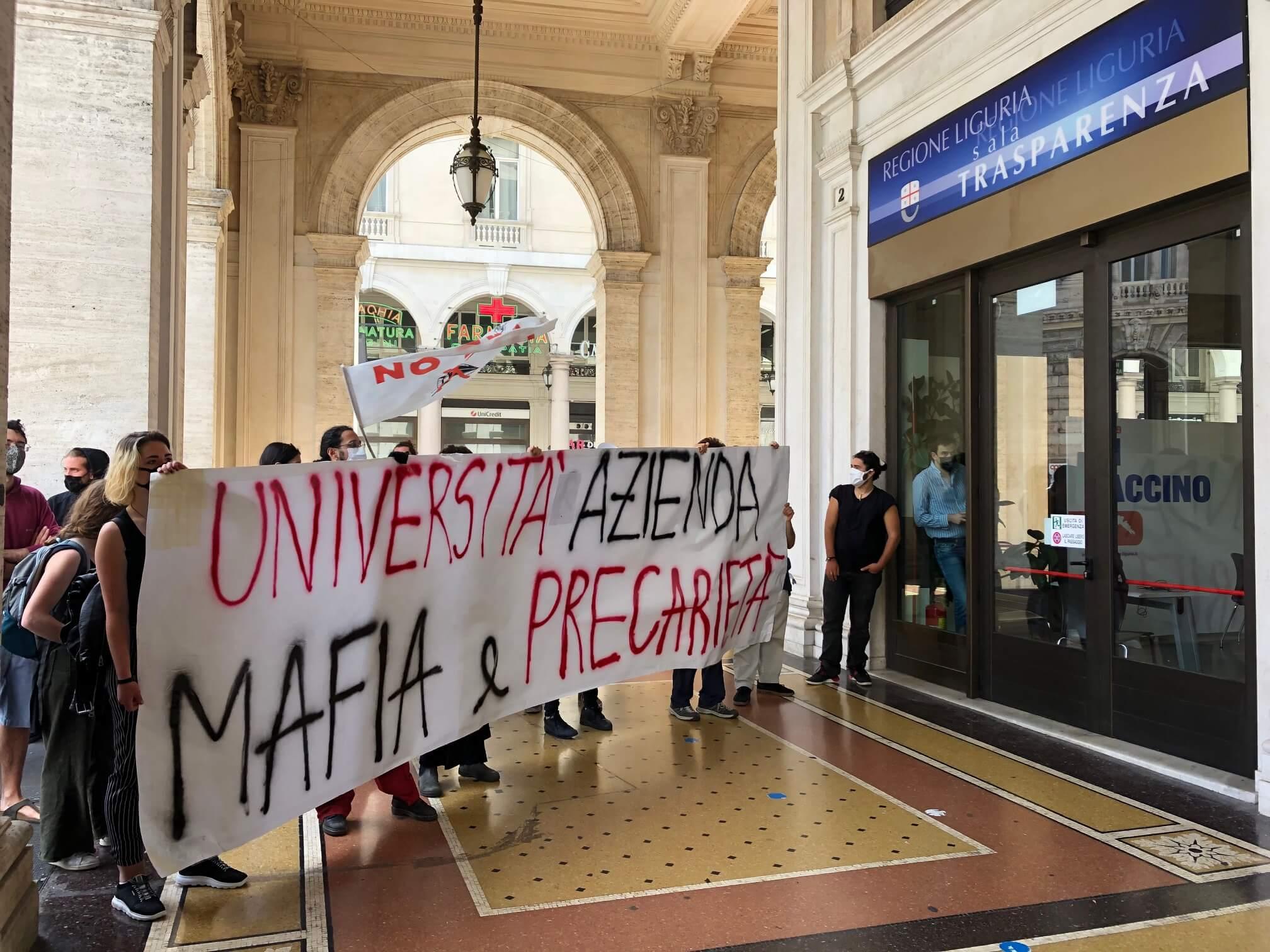 protesta studenti genova contro rettore
