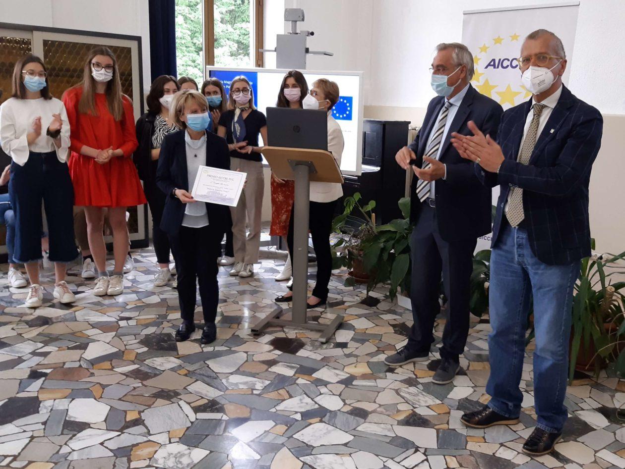 Il presidente del Cr Fvg, Piero Mauro Zanin, e le classificate del convitto Uccellis di Udine