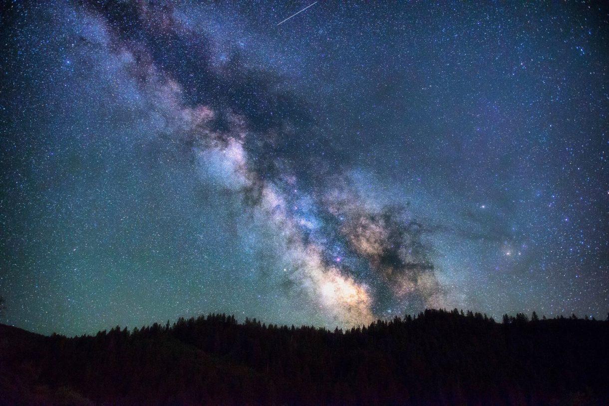 cielo stellato su montagna