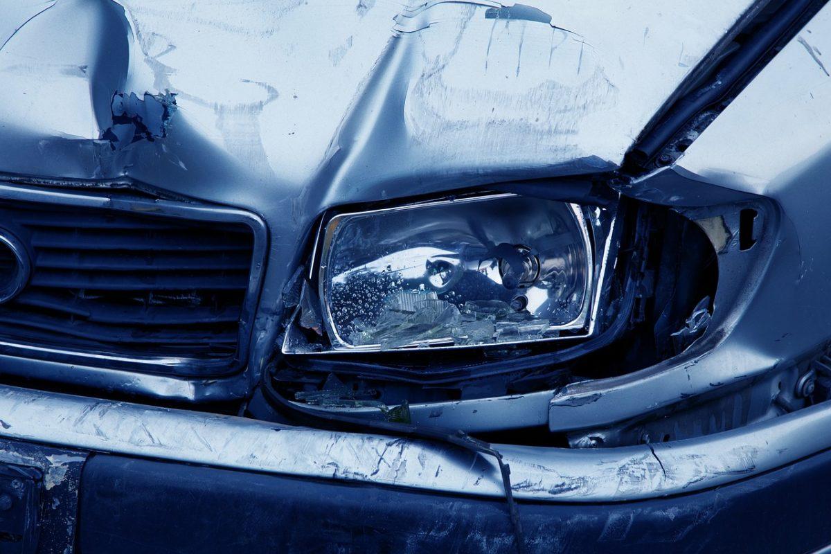 incidente auto macchina ammaccata tamponamento