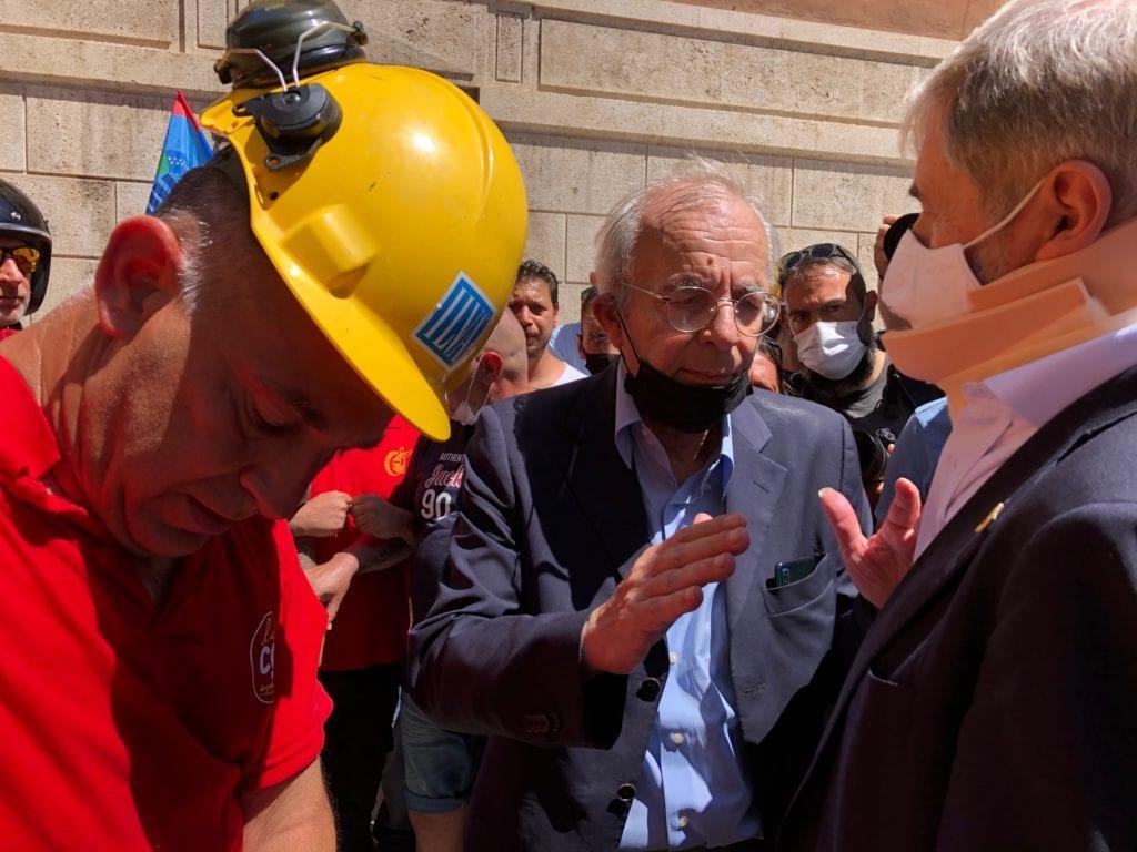 protesta lavoratori ex ilva genova incontrano il sindaco Marco Bucci