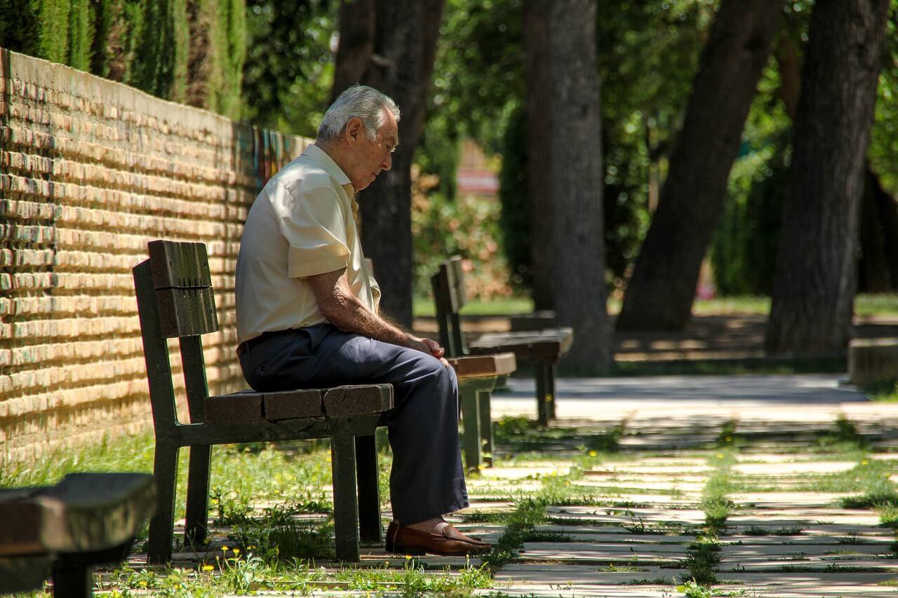 uomo anziano vecchio nonno bastone