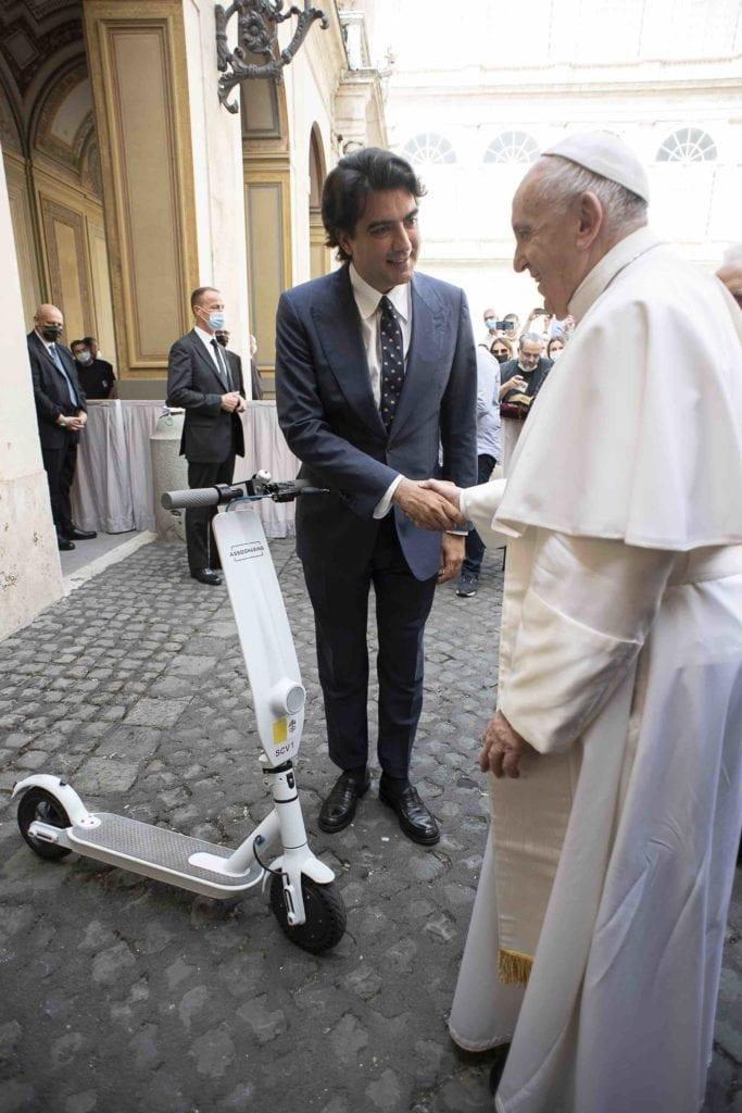 papa francesco assosharing monopattino