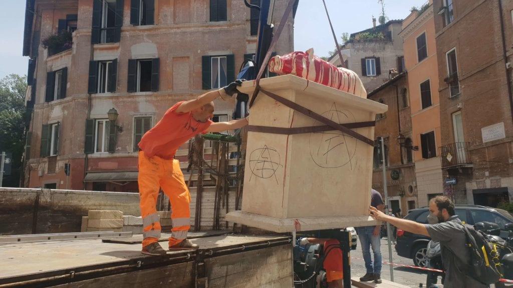 rimozione statua porchetta2